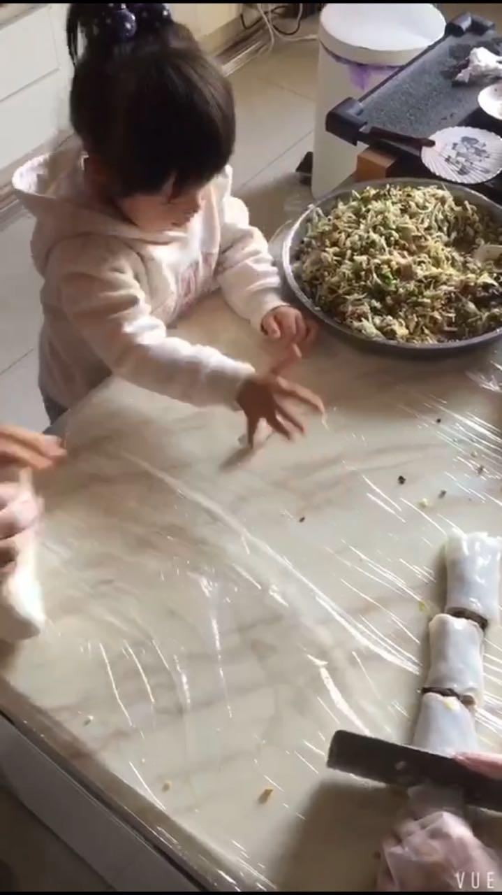 萌娃包饺子,边包边吃萌翻众人!