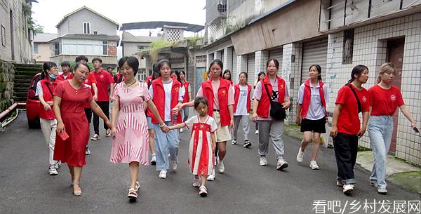 长江师范学院绿色智慧环境学院暑期三下乡拜访社区优秀党员